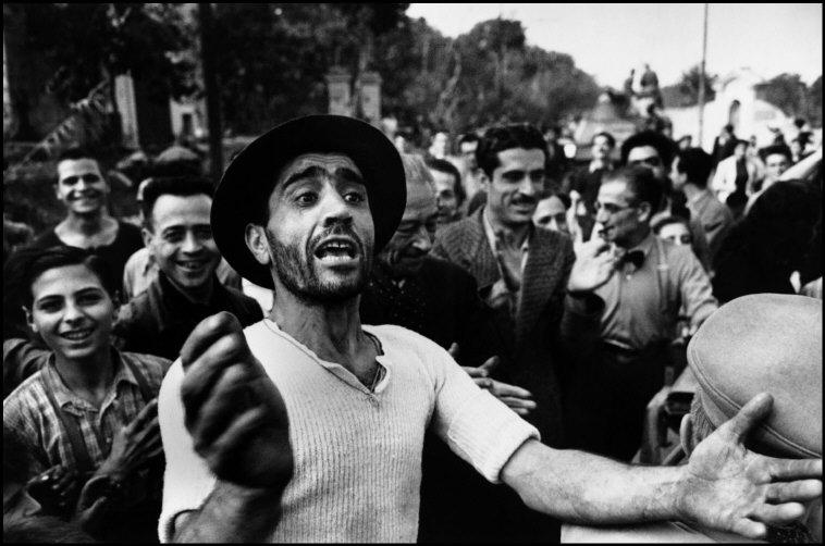 I civili accolgono le truppe americane. Monreale, Sicilia, Luglio 1943© Robert Capa © International Center of Photography / Magnum Photos