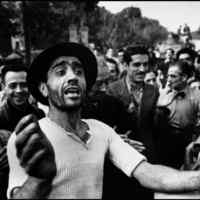 I civili accolgono le truppe americane. Monreale, Sicilia, Luglio 1943 © Robert Capa © International Center of Photography / Magnum Photos